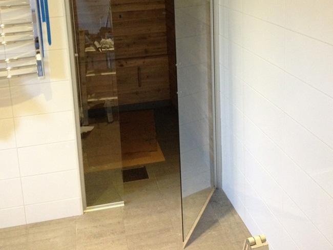 Bastudörrar och duschdörrar i glas